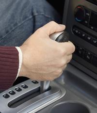 Menyetir mobil dengan transmisi matik memang lebih nyaman ketimbang